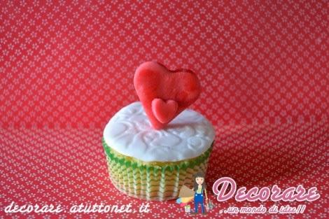 san valentino cupcake decorato con cuori