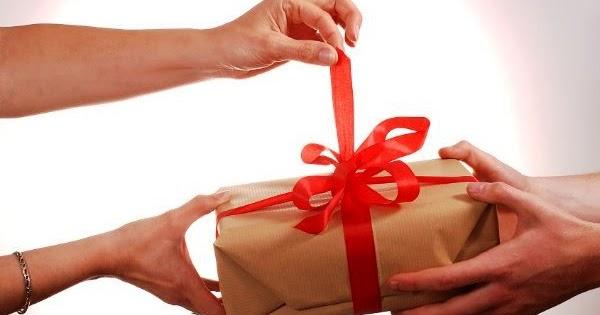 Передаривать подарки примета