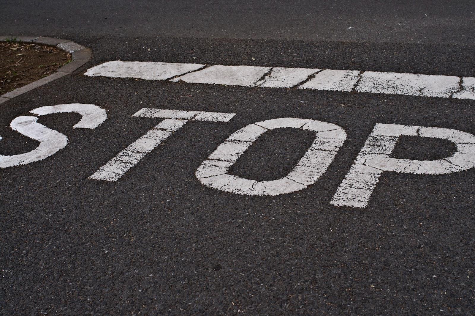 道路のストップ表示