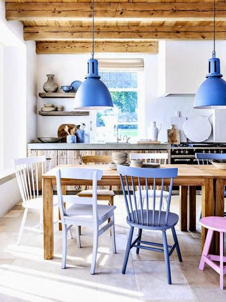 Jasna kuchnia z nowoczesnymi krzesłami