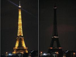 a Torre Eiffel (Paris, França), durante a Hora do Planeta