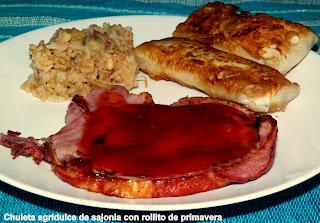 Chuletas de cerdo con salsa agridulce y rollitos de primavera (lumpias).