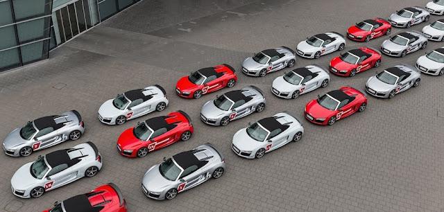 30台のアウディR8がアウディ・フォーラムの広場に集結!
