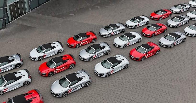 30台のアウディR8がアウディ・フォーラムの広場に集結!  ■アウディR8スパイダーがアウディ・フォーラムの前に30台!