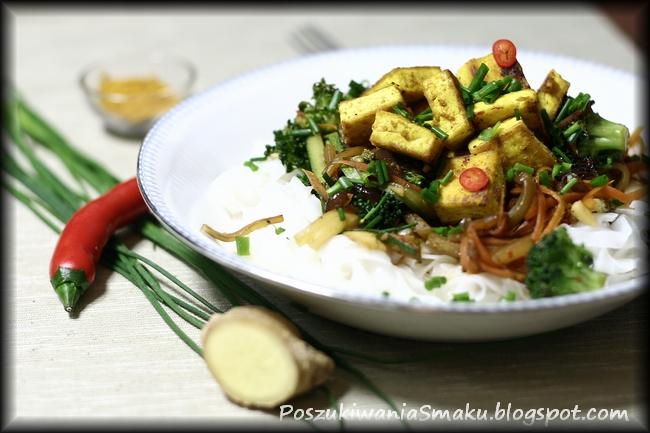 makaron ryżowy z warzywami, chilli i imbirem oraz tofu curry