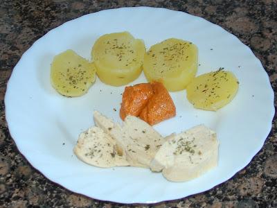 Pechuga de pollo al vapor con patata y salsa romesco