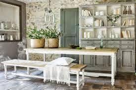 Vajilla antigua y plantas aromáticas como decoración en la cocina