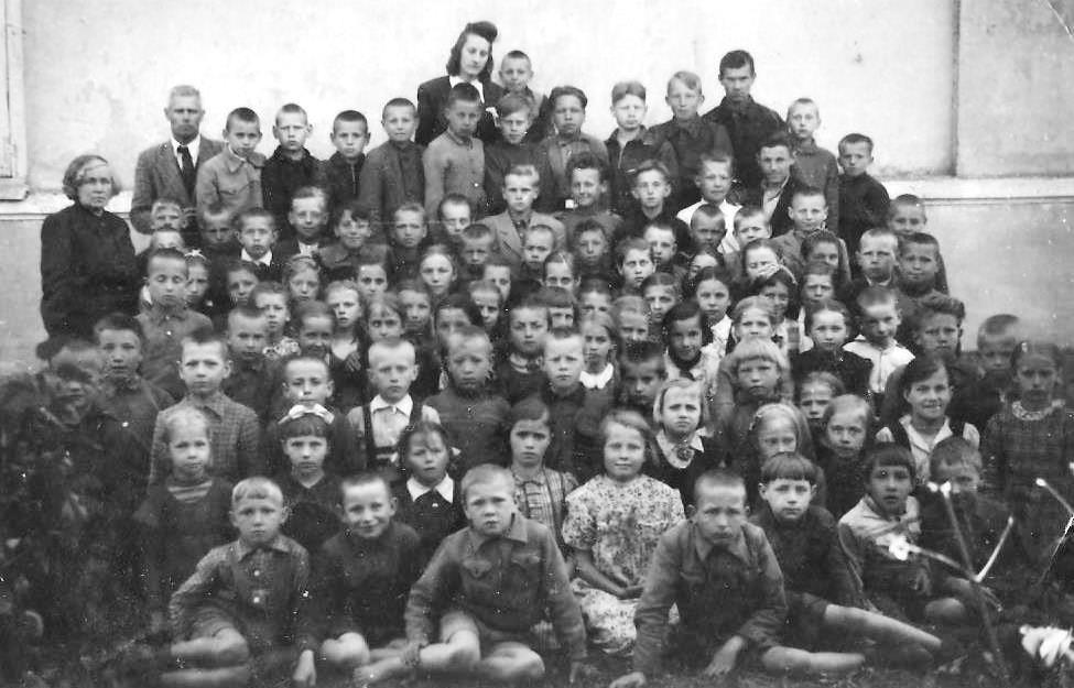 Vasku skolas skolēni ar skolotājiem 1949. gadā