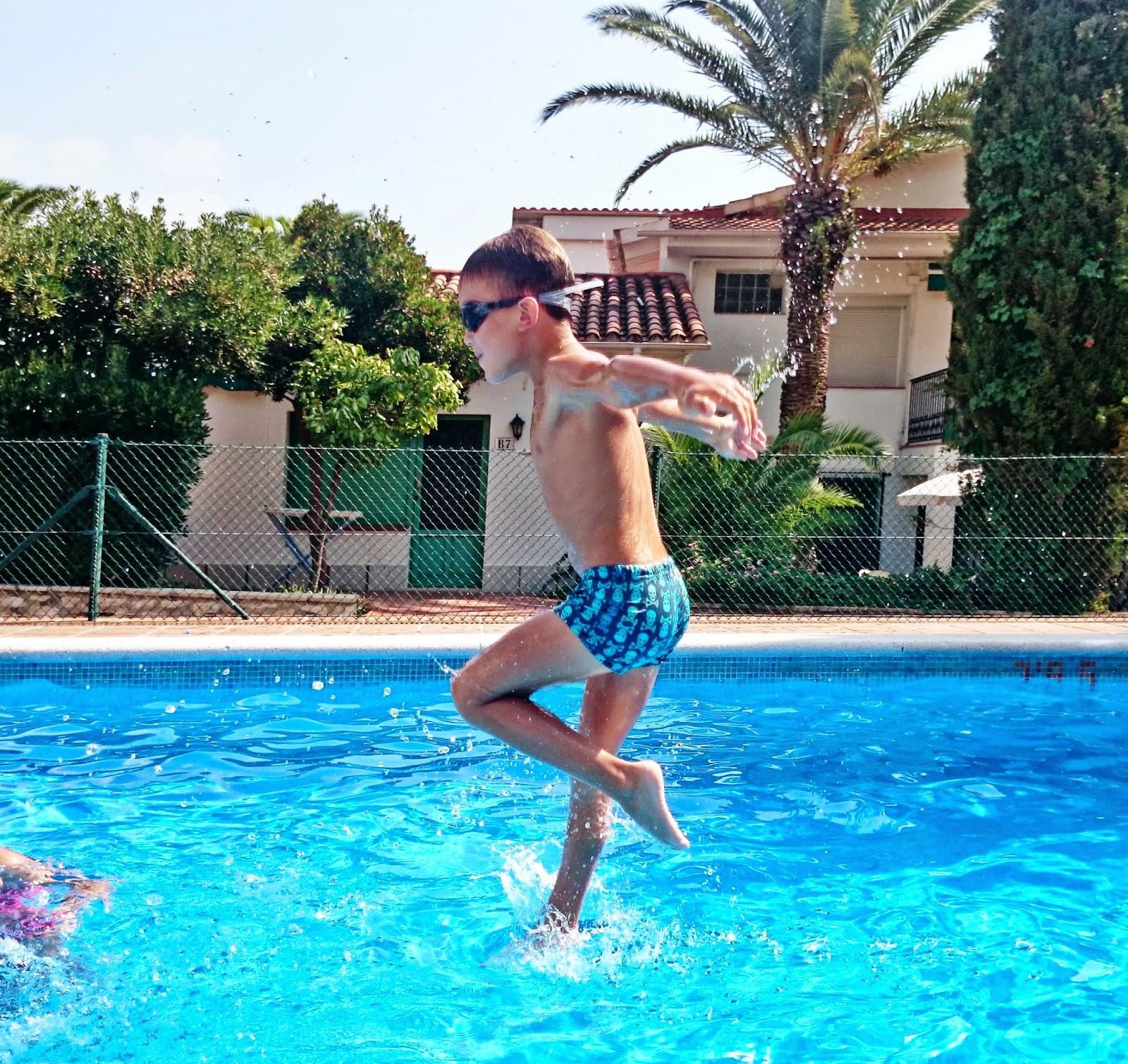 stanie na wodzie,skok do wody,piruet na wodzie,dzieci w basenie,piękne zdjęcie w wodzie,jak zrobić ładne zdjęcie na tle wody,artystyczne zdjęcia w basenie