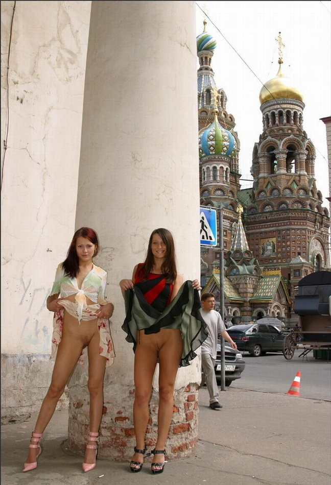 фото голые на улицах города