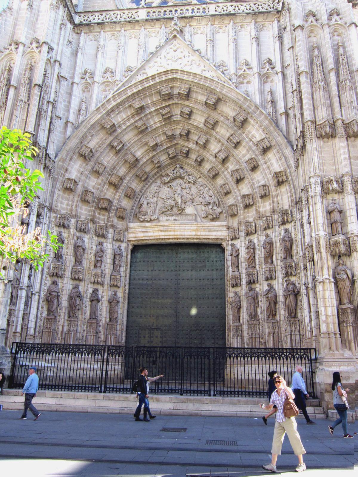 Sevilla vida y leyenda la puerta de la asunci n de la for Exterior catedral de sevilla
