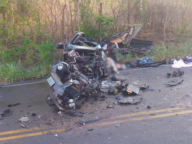 Carro se parte e quatro pessoas da mesma família morrem em acidente próximo a Andaraí, na Bahia (Foto: Kléber Medrado/ Blog do Anderson)