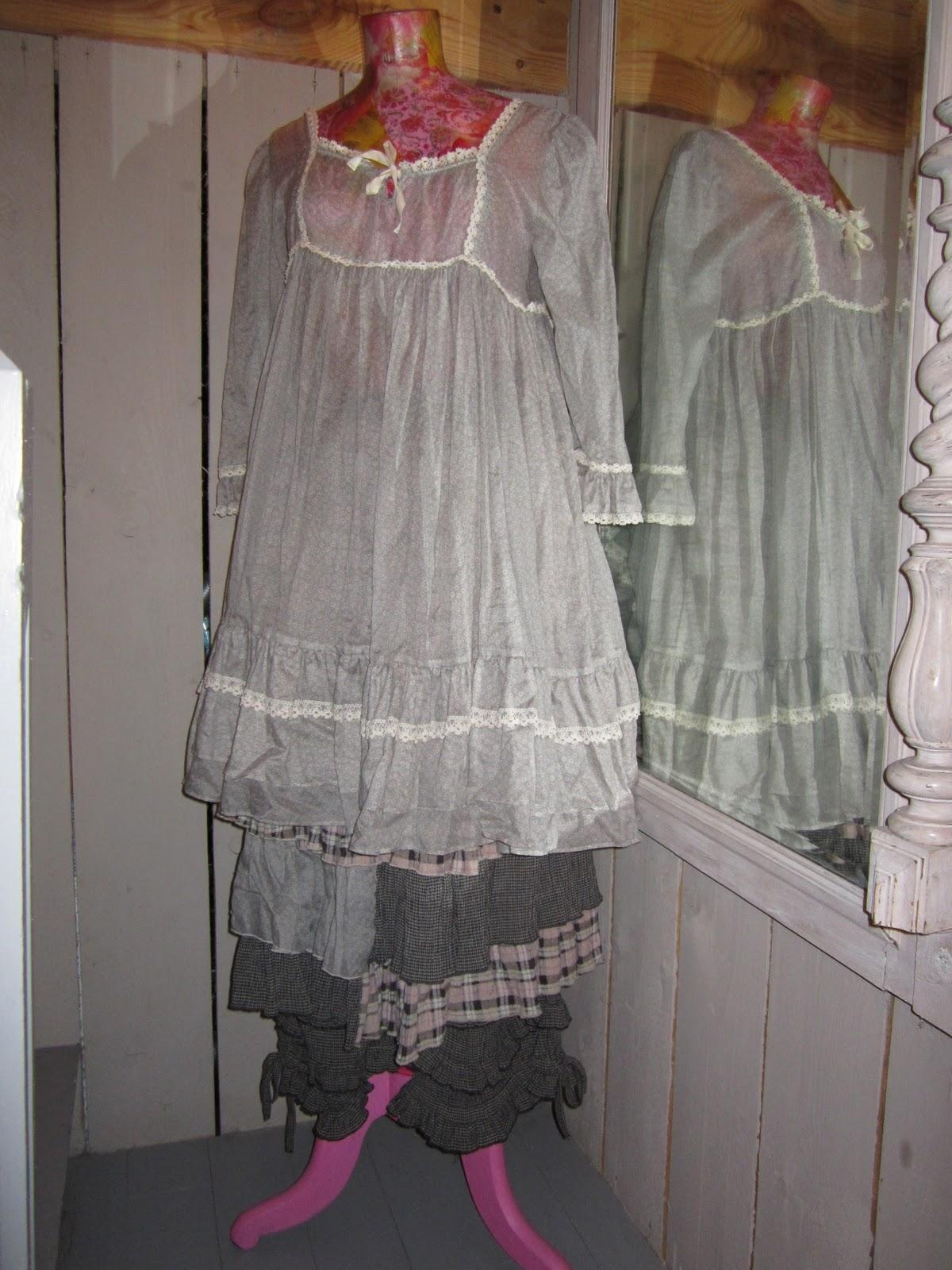 les armoires d 39 hortensia robe liberty et jupe carreaux. Black Bedroom Furniture Sets. Home Design Ideas