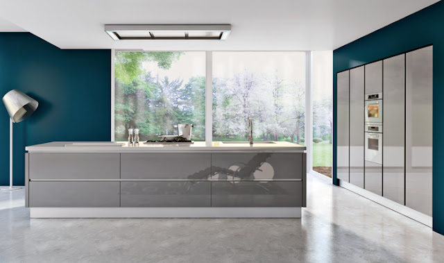 Cuisine design laquée gris brillant avec mur bleus. Cuisine moderne sans poignées avec îlot et mur d'armoires