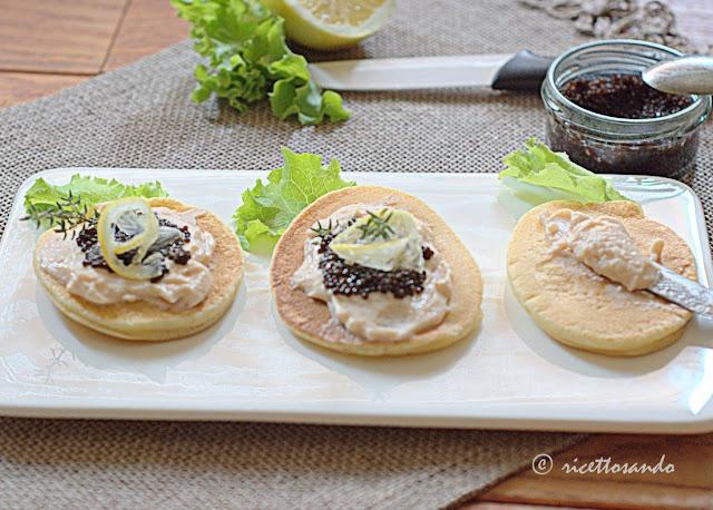 Blini con mousse di salmone e uova di lompo ricetta antipasto