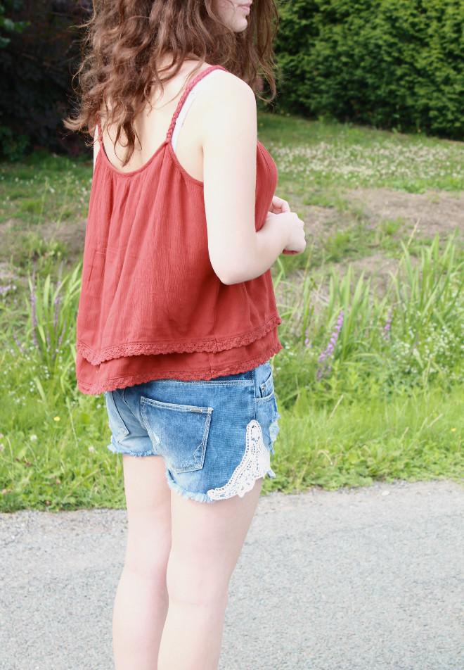 look-mode-rouge-short-jean-dentelle-débardeur