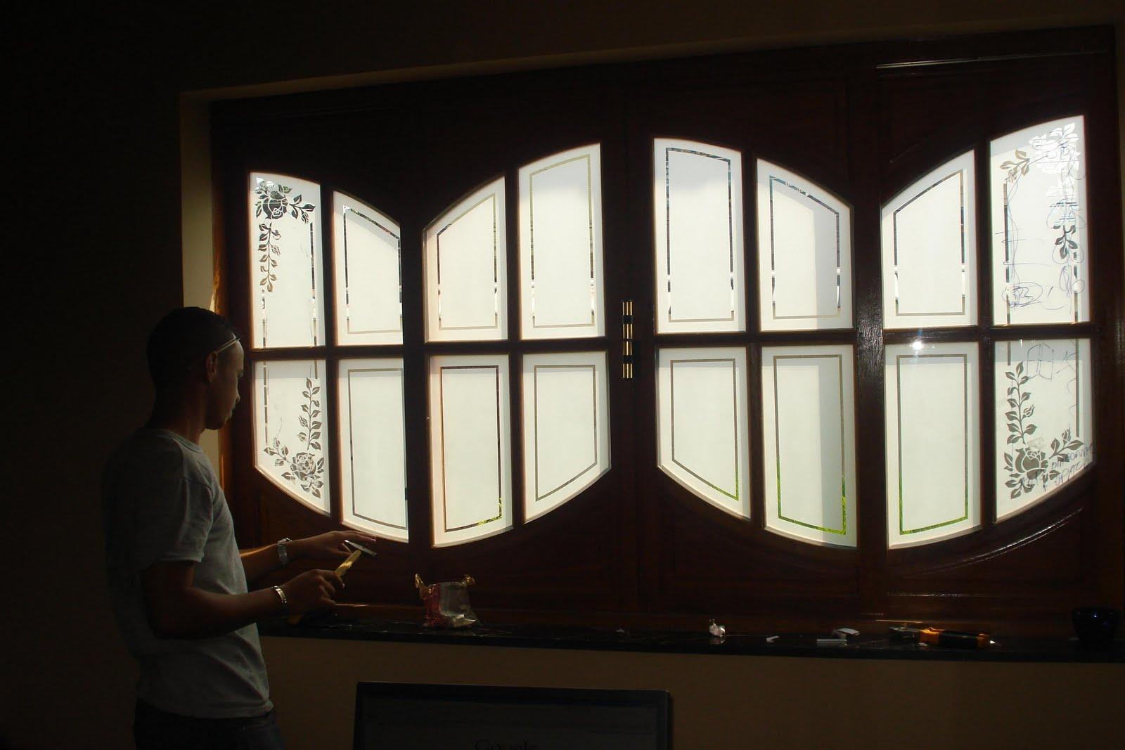 #18110C Janela de madeira colonial com vidros jateados com rosas 18 Janelas De Vidro Com Madeira