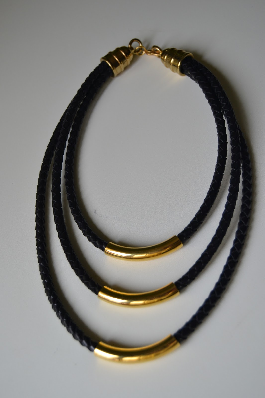 Elarca de noha collar de cuero trenzado y tubos dorados - Collares de cuero ...
