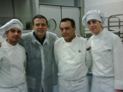 Carlos Egea, junto al chef Manuel López y sus ayudantes Oscar y José Manuel