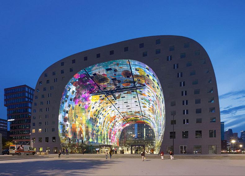 Un colorido mural de 330 metros cuadrados cubre el techo de este nuevo mercado de abastos en Rotterdam