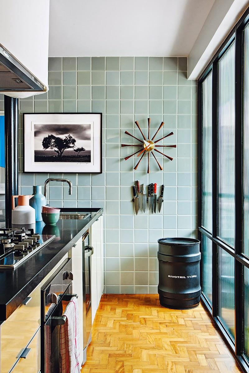 Amerikanisches Mid-Century frisch zusammengesetzt in Sao Paulo – stylische Einrichtung in der Küche mit Spindle Clock von VITRA