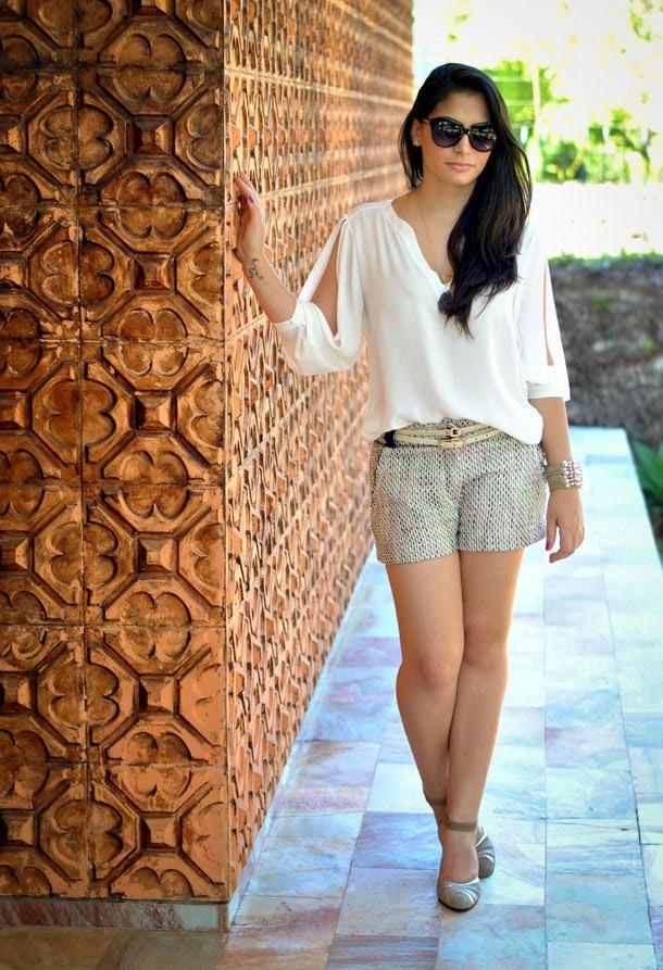 look leve para a primavera: shorts alfaiataria de tweed e camisa de seda branca
