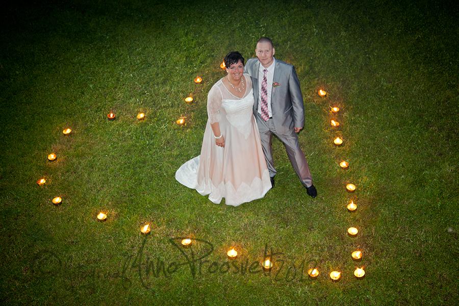 pruutpaar-ohtul-kyynaldest-sydame-keskel