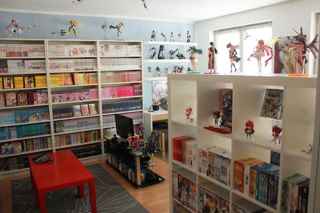 Pokój fana M&A z dużą ilością regałów na mangi i DVD z serialami animowanymi