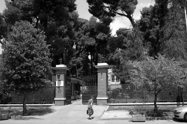 ασπρόμαυρη φωτογραφία από την σημερινή είσοδο του παπαφείου