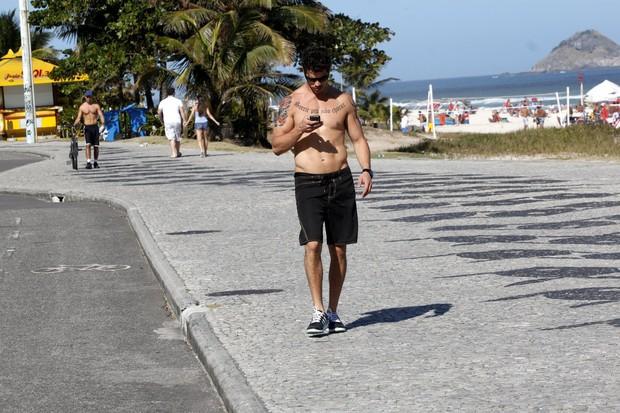 José Loreto caminha pela orla ao deixar a praia