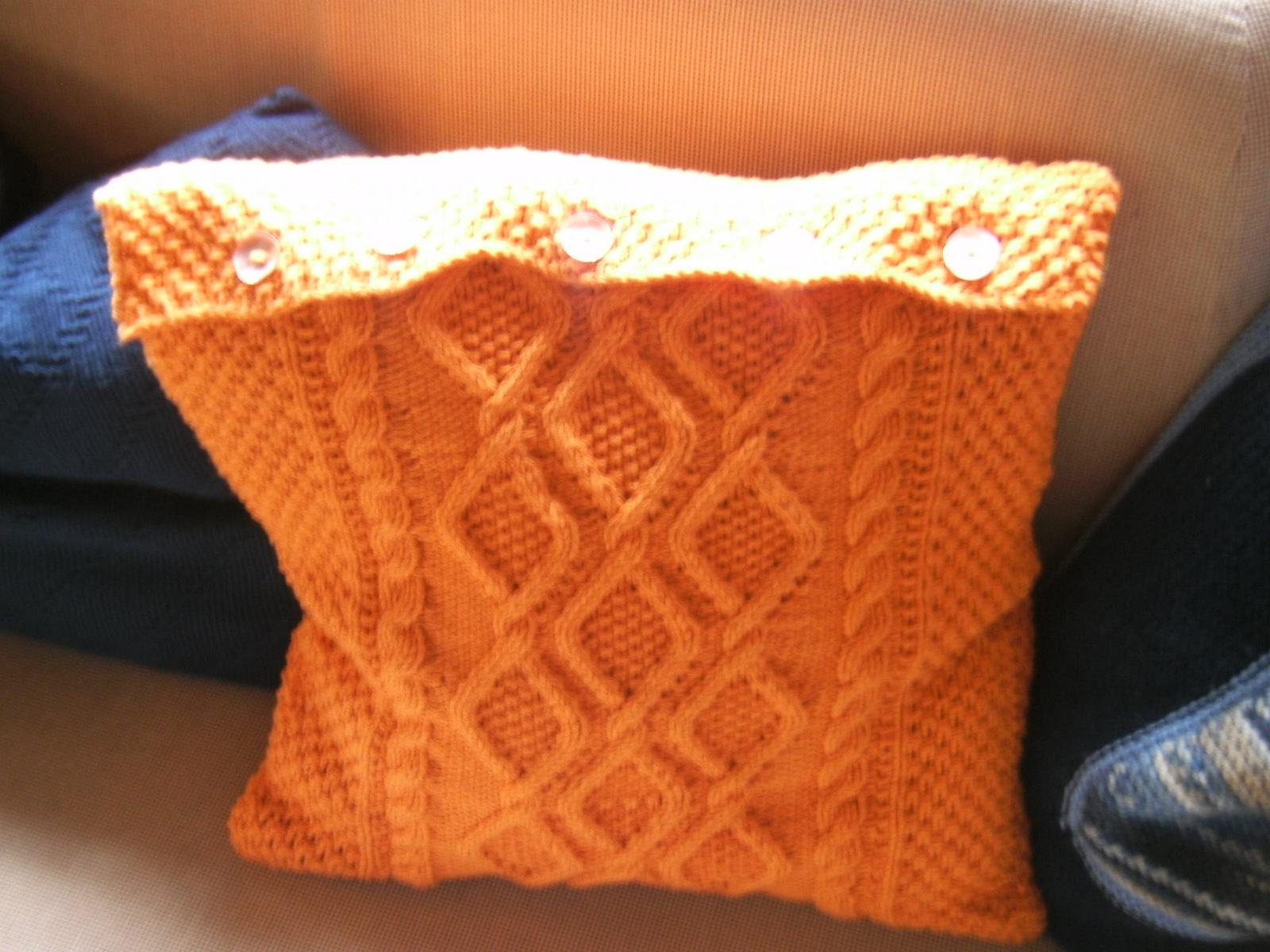 Простые и оригинальные вязанные спицами чехлы для подушек на диван 44