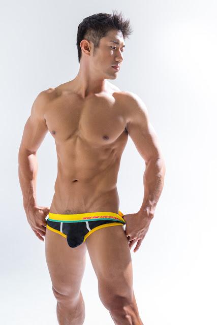http://gayasiancollection.com/muscle-asian-hunk-harold/