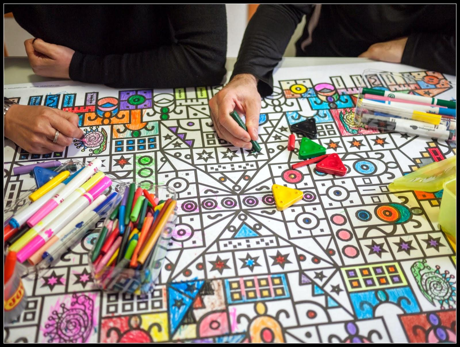 Adultos pintando una lámina de Pintafun
