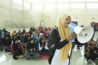 Mahasiswi berorasi dalam aksi protes kepada Pimpinan UNIMAL di Aula kampus Reulut Aceh Utara, Kamis (9/2). Mereka menolak kenaikan uang SPP bagi mahasiswa angkatan 2011 dari Rp 670.000 menjadi Rp 950.000.