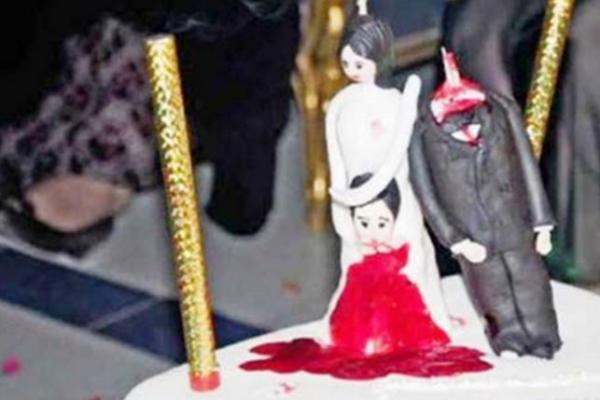 """فتاة تقطع رأس عريس من """"داعش"""" بعد زفافهما بساعة والسبب !"""