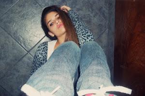 La misma chica que sonrie y habla sin parar, es la misma que llora para dormir en la noche.