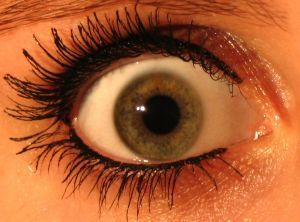 ojo maquillado de mujer muy abierto