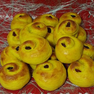 Recept på saftiga Lussebullar med mandelmassa