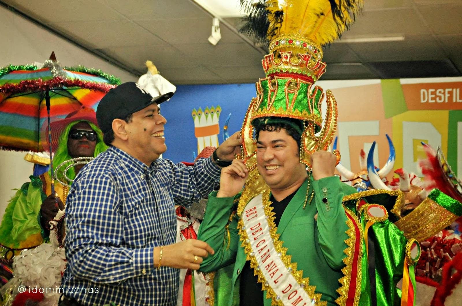 Fernando Villalona corona El Pachá como Rey del Carnaval