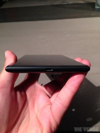 Una foto che mostra la parte laterale bassa con la presa usb del Lumia 1520