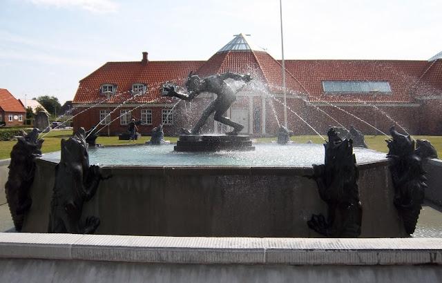 Trold der vejrer kristenkød - i springvand foran Vejen Kunstmuseum