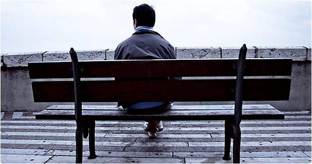 Homem sentado em banco