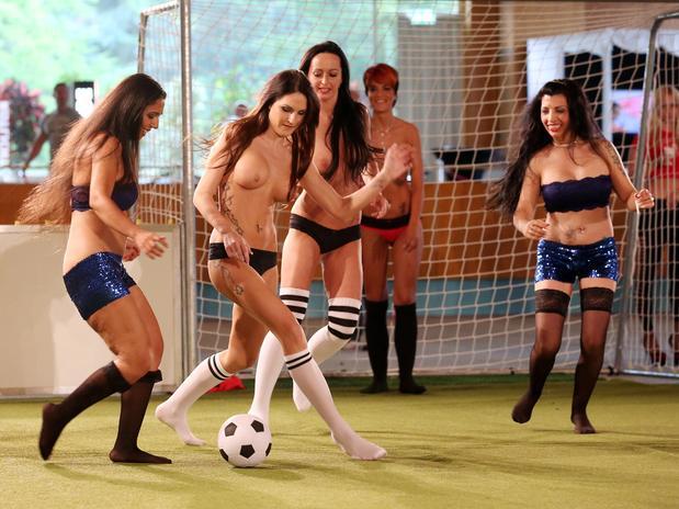 Mulheres Nuas Disputam Campeonato De Futebol Na Alemanha
