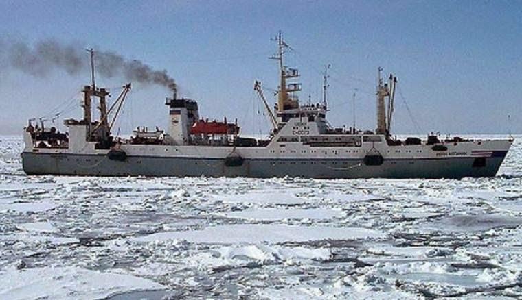 နစ္ျမဳပ္သြားတဲ့ ရုရွားငါးဖမ္းသေဘာၤ Dalniy Vostok Russian trawler ပံု။ photo: Russian Emergency situations ministry