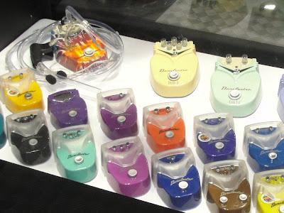 Nova linha de mini-pedais Danelectro. Um timbrão dentro de uma pequena caixinha. Cobertura Expomusic 2011 - Central do Rock
