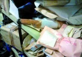 Baños y pasillos convertidos en archivo