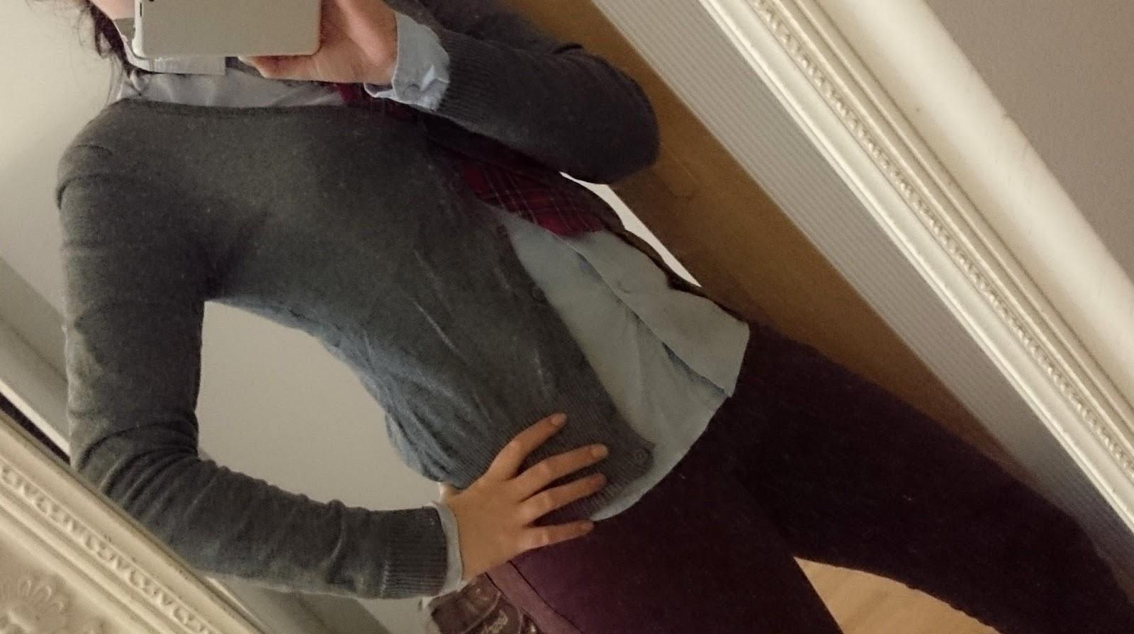 Outfit Bluse und Krawatte im Alltag