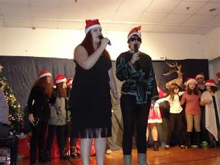 Οι τραγουδίστριες της παράστασης Αιμιλία και Δήμητρα