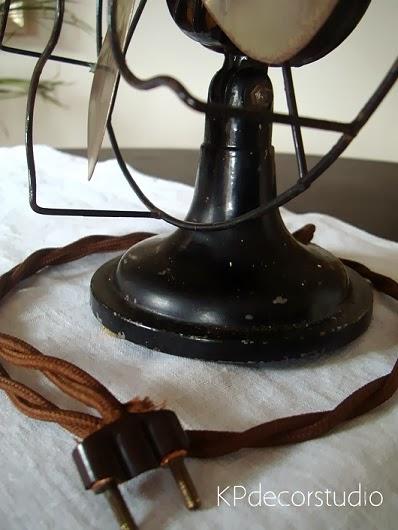 Tienda vintage de artículos de época. Ventilador de mesa para decoración.