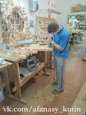 Публикую новые фотографии работ моего брата Афанасия. Он занимается резьбой по дереву, работает в фирме, которая изготавливает иконостасы. Фотографии в основном сделаны на телефон, ребята снимают процесс работы, как из куска дерева рождается красота!